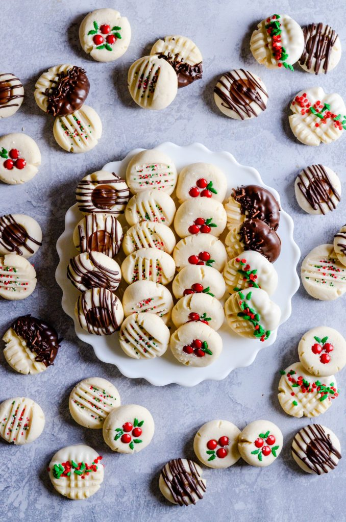 Round Up: It wouldn't be the holidays without Christmas cookies. Here are 5 recipes for easy Christmas cookies perfect for parties or just because cookies are good.   #ChristmasCookies #CookieRecipes