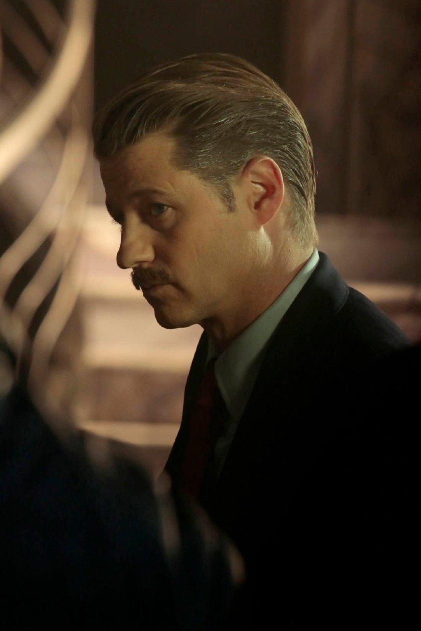 Gotham – Pinguino, L'Enigmista e altri personaggi nelle immagini dell'episodio finale