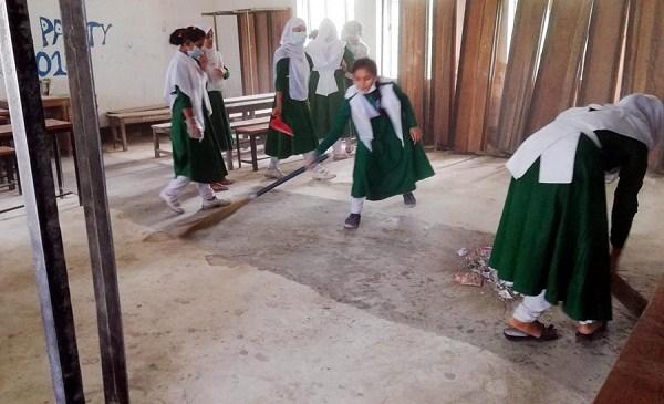 ক্যাম্পাসকে পরিস্কার রাখতে ছাত্রীদের প্রশসংনীয় উদ্যোগ