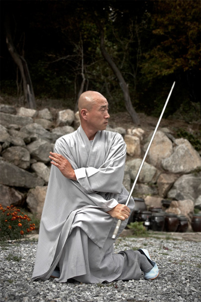 A monk of the Chogye order, martial arts training with a metal rod of 10 kg.
