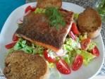 Lachsforelle auf Salat mit Honig Dill Senfdressing