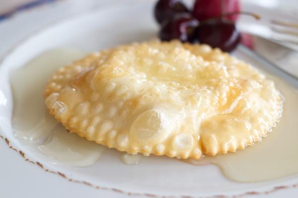 Seadas(油炸酥皮糕点,里面用奶酪填馅,上面配蜂蜜)