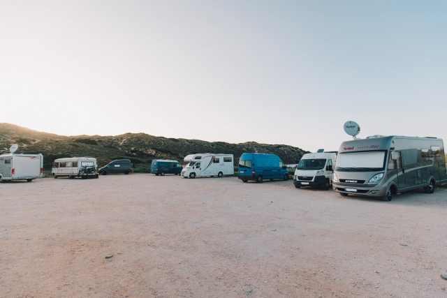 Campingparkplatz Portugal Algarve mehere Campingfahrzeuge nebenan