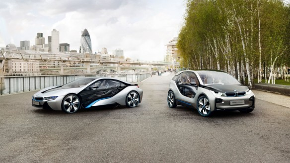 Rechts ist das Elektroauto BMW i3 Concept zu sehen und links das Hybridauto BMW i8 Concept. Bildquelle: BMW