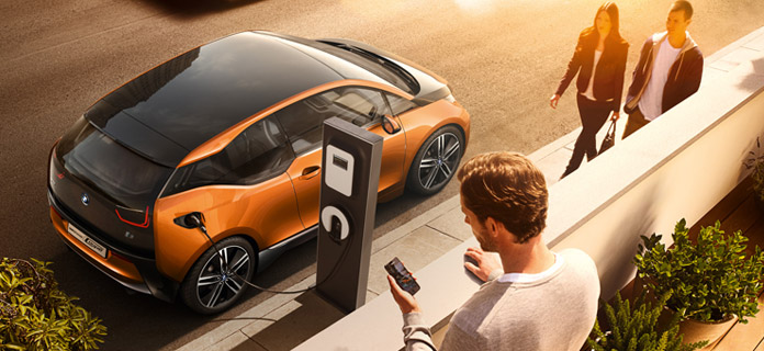 Das Elektroauto i3 Concept Coupé an einer Ladestation. Bildquelle: BMW