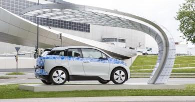 Das Elektroauto BMW i3 wird gerade an der Solarladestation aufgeladen. Foto: Auto-Medienportal.Net/EIGHT