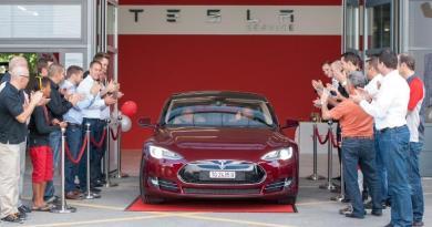 Die ersten Schweizer bekommen ihr Elektroauto Model S von Tesla Motors in Winterthur. Bildquelle: Tesla Motors