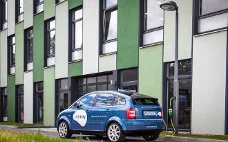 Der Audi A2e von ubitricity an einer Straßenlaterne mit mastintegrierter Systemsteckdose auf dem EUREF-Campus in Berlin. Bildquelle: ubitricity.com