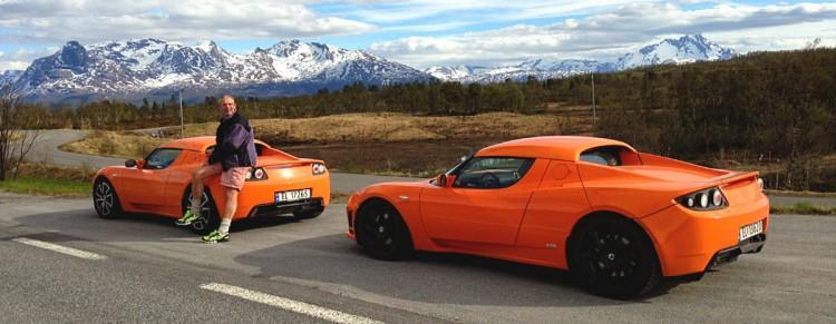 Hier sieht man Tesla Jens mit 2 seiner Elektroautos vom Typ Tesla Roadster. Bildquelle: Tesla Jens