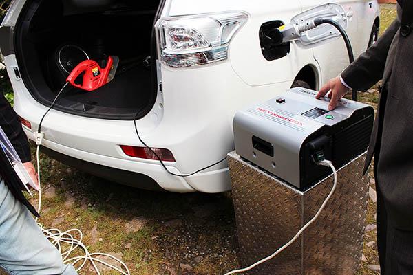 Mit dieser Powerbox kann man den Strom auf dem Plug-In Hybridauto Mitsubishi Outlander PHEV für andere Zwecke nutzen.