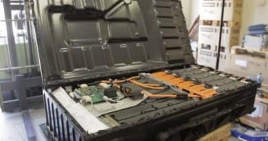 Das ist die geöffnete Batterieeinheit des Elektroauto Tesla Model S. Bildquelle: Jehu Garcia / Youtube