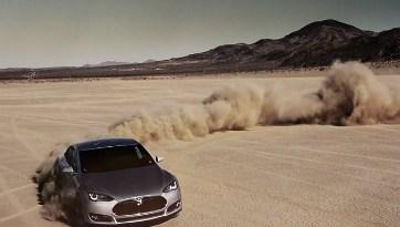 Das Elektroauto Tesla Model S in der Wüste. Bildquelle: david holm / vimeo