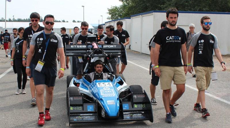 Dies ist das Team ETSEIB E-Motorsport von der Barcelona UPC mit ihrem Elektrorennwagen, das E vor der Nummer zeigt, dass es sich um ein Fahrzeug mit Elektroantrieb handelt.
