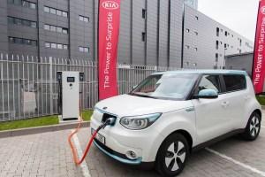 Kia nimmt in Europa seine erste Schnellladestation für Elektroautos in Betrieb. Davor sieht man das Elektroauto Kia Soul EV. Bildquelle: Kia