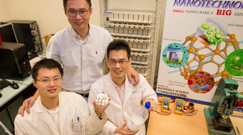 Hier sind die Wissenschaftler, welche die neue Titandioxid-Anode entwickelt haben, in der Mitte steht NTU-Forscher Chen (Mitte) zwischen seinen Kollegen. Bildquelle: NTU