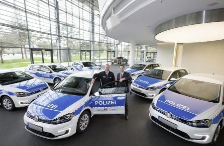 Rico Wiersig (l.), Fuhrparkmanagement Polizei Niedersachsen, nahm heute die Fahrzeuge stellvertretend für die Polizei Niedersachsen von Sebastian Wilhelms, Leiter Fahrzeugauslieferung Autostadt Wolfsburg, entgegen. Bildquelle: Volkswagen AG