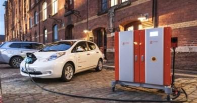 """Elektroauto Nissan Leaf und DIVA (rechts)"""" Vehicle-to-Grid"""" Technologie. Bildquelle: Nissan"""