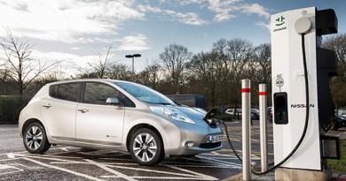 Elektroauto Nissan Leaf an Schnellladestation. Bildquelle: Nissan