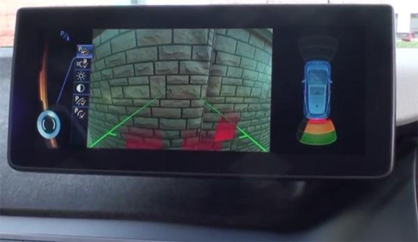 Kollisionsvermeidungsassistent beim Elektroauto BMW i3. Bildquelle: Screenshot Youtube. Videoquelle: BMW