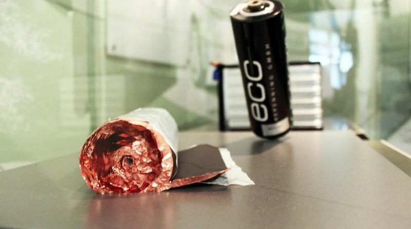 Eine runde Akkuzelle, wie sie für Elektrofahrzeuge eingesetzt wird. Eine solche Akkuzelle hat einen Energiegehalt von 2,35 kWh, die Energiedichte liegt bei 140 Wh/kg. Das Gewicht liegt bei 17,5 Kg.