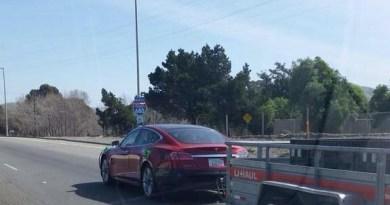 Elektroauto Tesla Model S mit Anhänger. Bildquelle: http://www.reddit.com/r/teslamotors/comments/2yjq3n/tow_capable_model_s_testing/