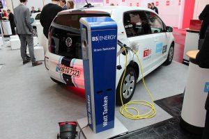 Symbolbild. Das Elektroauto VW e-up! und eine Ladestation.