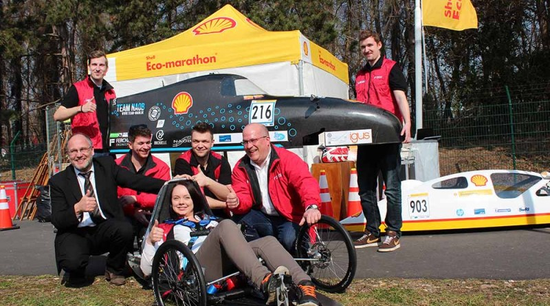 Das Team NAOB mit seinem Brennstoffzellenauto NAOB Runner H2