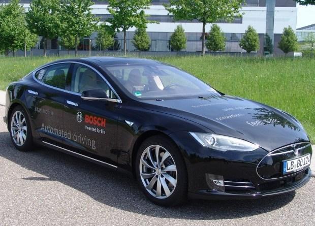 Bosch hat zwei Exemplare des Elektroauto Tesla Model S zu autonom fahrenden PKW umgebaut. Bildquelle: Bosch