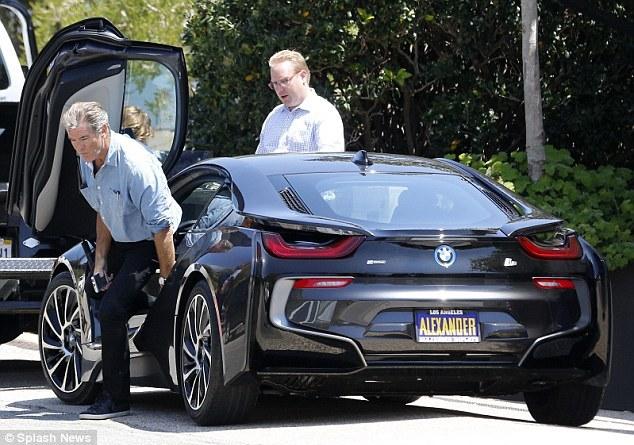 Pierce Brosnan steigt aus dem Plug-In Hybridauto BMW i8 aus. Bildquelle: Splash News