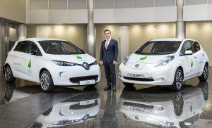 ZOE, Nissan LEAF, Renault, Carlos Ghosn (Präsident und Chief Executive Officer Renault) inmitten der zwei Elektroautos Nissan Leaf (rechts) und Renault Zoe (links). Bildquelle: Nissan-Renault