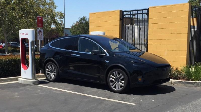 Erlkönigfoots des Elektroauto Tesla Model X. Die Aufnahme ist bei dem Gilroy Supercharger in Kalifornien (USA) entstanden. Bildquelle: Sluggo (http://www.teslamotorsclub.com)