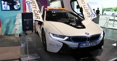 Das Plug-In Hybridauto BMW i8 wurde mit dem induktiven Ladesystem Qualcomm Halo ausgerüstet.