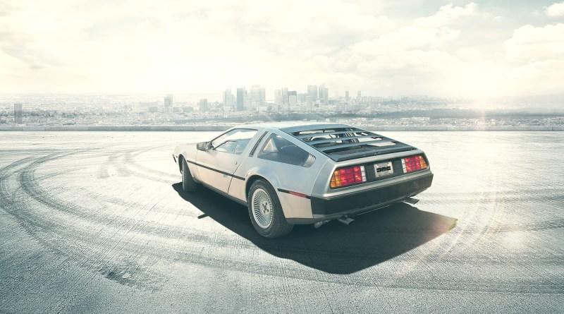 Mit einem DMC DeLorean und dem Fluxkompensator reisen Marty und Doc aus dem Jahr 1985 ins das Jahr 2015. Bildquelle: http://www.delorean.com