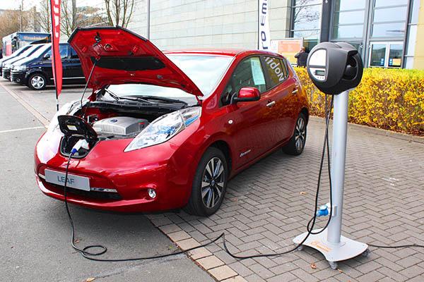 Auch in Elektroautos gibt es neben der Traktions- auch eine Starterbatterie, hier ist das Elektroauto Nissan Leaf zu sehen.