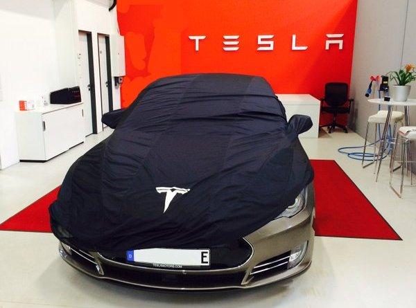 Elektroautos von Tesla Motors verlieren nicht so schnell an Wert. Das Elektroauto Tesla Model S mit dem neuen E-Kennzeichen. Bildquelle: Tesla Motors