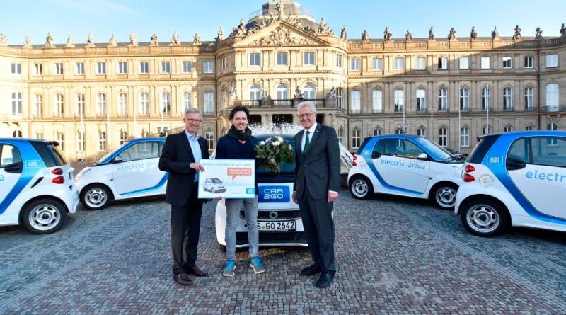 car2Go begrüßte seinen 50.000sten Kunden, (v.l.n.r.): Roland Keppler (Geschäftsführer car2go), der Stuttgarter Gastronomen Sidney Blum und Winfried Kretschmann. Bildquelle: Daimler