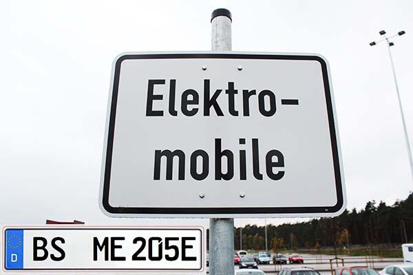 In Braunschweig können die Halter von Elektroautos, Brennstoffzellenautos und Plug-In Hybridautos kostenlos parken, jedenfalls, solange sie die Bedingungen des Elektromobilitätsgesetzes erfüllen. Die Halter, welche für ihren PKW noch kein E-Kennzeichen beantragt haben, erhalten hierfür von der Stadt Braunschweig entsprechende Sonderausweise.