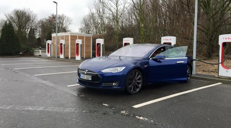 Das Elektroauto Tesla Model S P90D während eines Ladevorgangs an den Superchargern von Tesla Motors. Bildquelle: Bjoern Habeger (Mein-Auto-Blog.de)