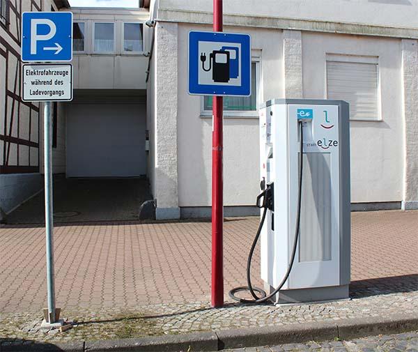 Ladestation für Elektroautos in der Kleinstadt Elze