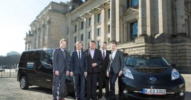 Bundestagsabgeordnete testen die Elektroautos von Nissan (e-NV200 (li.)) und den kompakten Leaf. Foto: Nissan/dpp-AutoReporter