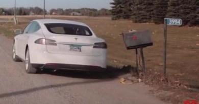 "Screenshot aus dem Video ""Electric Mail | Tesla Customer Stories"". Bildquelle: Tesla Motors / Youtube"