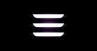 Dies ist das Logo des Elektroauto Tesla Model 3. Bildquelle: Tesla Motors
