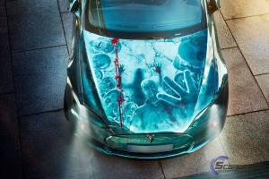 Ein Exemplar des Elektroauto Tesla Model S im Zombie-Design, dieses Meisterwerk wurde allerdings nicht lackiert, sondern mit einer Folie erschaffen. Bildquelle: Scandinano