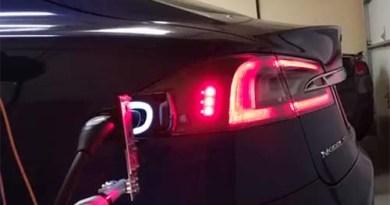 Besitzers eines Elektroauto Tesla Model S baut einen Lade-Roboter. Bildquelle: Screenshot Youtube.com, Kanal: Deepak Mital
