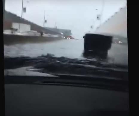 Elektroauto Tesla Model S im Wasser. Bildquelle: User: Almacloud Almaboard von Youtube.com