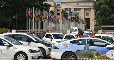 Hier sieht man einen Teil der Teilnehmer mit ihren Elektroautos vor dem UNO-Gebäude. Bildquelle: Wavetrophy.com