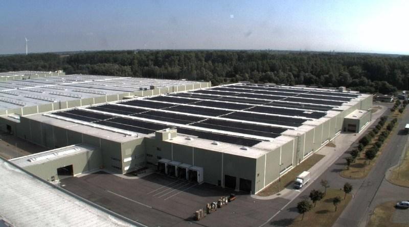 Jeder Zentimeter effizient genutzt: Auf dem Dach einer neu errichteten Logistikhalle des Global Logistics Center ist eine 15.000 Quadratmeter große Photovoltaikanlage in Betrieb gegangen. Bildquelle: Daimler AG