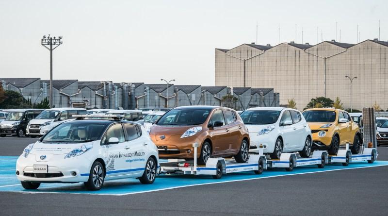 In dem Nissan Werk Oppama zieht eine autonom fahrende Version des Elektroauto Nissan Leaf einen Anhänger mit weiteren Stromern. Bildquelle: Nissan