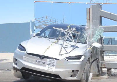 Elektroauto Tesla Model X beim Crashtest. Bildquelle: Screenshot Youtube.com/NHTSA