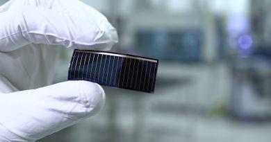 Dünnschicht-Solarzellen in Panorama-Glasdächern von Audi-Modellen: Audi und Alta Devices, eine Tochtergesellschaft des chinesischen Solarzellen-Spezialisten Hanergy, arbeiten gemeinsam an dieser Entwicklung. Damit verfolgen die Kooperationspartner das Ziel, Solarstrom zu erzeugen und so die Reichweite von Elektro-Autos zu erhöhen. Copyright: AUDI AG